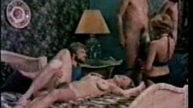 Porno sin registro  Chica porno ameteur latino tetona juega con sus axilas peludas y su coño
