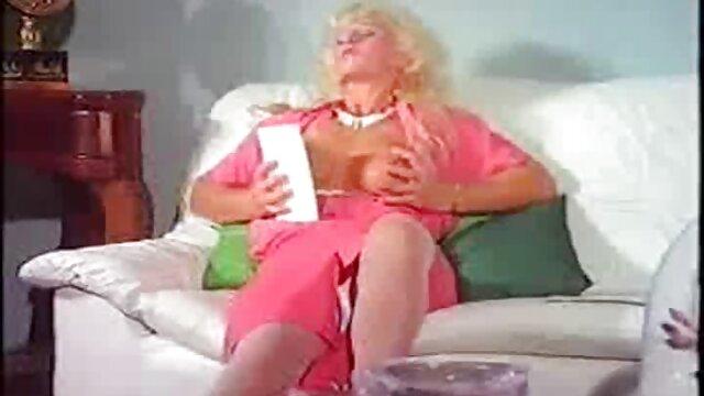 Porno sin registro  Kira porni amateur latino S se mete los dedos en el coño peludo húmedo en el dormitorio