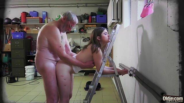 Porno sin registro  Morena caliente toma polla en el coño mientras chupa otra amateurlatinas polla